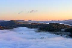 En flyg- sikt av en ballong för varm luft som svävar över den Vermont landssidan Royaltyfria Foton