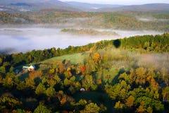 En flyg- sikt av en ballong för varm luft som svävar över den Vermont landssidan Arkivbilder