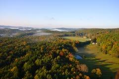 En flyg- sikt av en ballong för varm luft som svävar över den Vermont landssidan Royaltyfri Bild