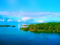 En flyg- sikt av en tropisk strand i Roatan Honduras royaltyfria foton
