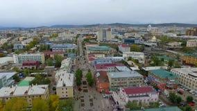 En flyg- sikt av gatan av staden av Ulan-Ude, Ryssland, republik av Buryatia lager videofilmer