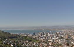 En flyg- sikt av hamnen och området för central affär av Cape Town som sett från signalkullen arkivbilder