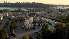 En flyg- sikt av en industriell lätthet för kemisk växt i norr Vancouver med nära den andra trångt passbron arkivfilmer