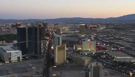 En flyg- sikt av Las Vegas på skymningen Arkivfoto