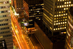 En flyg- sikt av natttrafik i Manhattan Arkivfoto