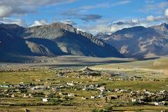 En flyg- sikt av Padum, Zanskar dal, Ladakh, Jammu and Kashmir, Indien Royaltyfria Bilder