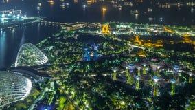En flyg- sikt av trädgårdar vid fjärden och de industriella skeppen i Singapore porttimelapse arkivfilmer