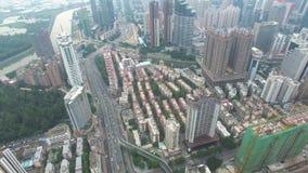 En flyg- sikt för horisont av Shenzhen, Lo Wu, Kina under smokeyväder i aftonen stock video