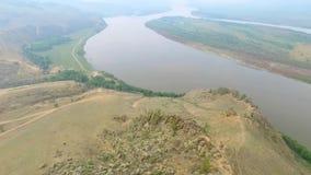 En flyg- sikt som flyger över floden i dimman, ryss Buryatia stock video