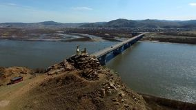 En flyg- sikt som flyger över floden Selenga, Ulan-Ude lager videofilmer