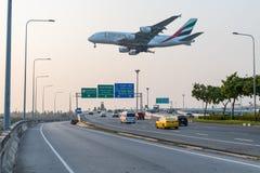 En flygbuss A380 av emiratflygbolaget är annalkande för att landa arkivbild
