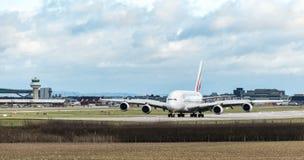En flygbuss för emiratflygbolag A380 saktar, ner når den har landat på den London Gatwick flygplatsen royaltyfri bild