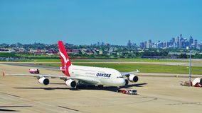 En flygbuss A380 från Qantas med den Sydney horisonten Royaltyfri Fotografi