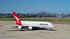 En flygbuss A380 från Qantas med den Sydney horisonten Royaltyfri Bild