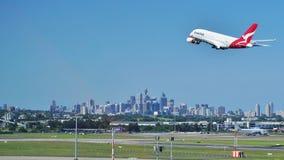 En flygbuss A380 från Qantas med den Sydney horisonten Arkivfoto