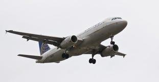En flygbuss A320, klaffar och Down för landningkugghjul Arkivfoton