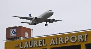 En flygbuss A320, klaffar och Down för landningkugghjul Arkivbild