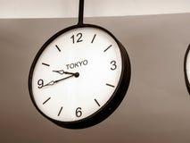 En flygplatsklocka som visar den Tokyo tidszonen Arkivfoto