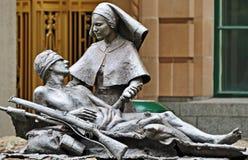 Anzac staty sårad soldat- & sjuksköterskaBrisbane stad Arkivfoto