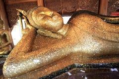 En fodra om buddha staty av den thai templet Arkivbild
