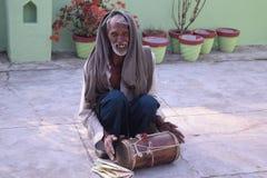 En folk sångare är den sjungande folklåten royaltyfria bilder