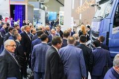 En folkmassa av affärsmän på lastbilen royaltyfria foton