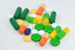 En folkmassa av färgrika pills och kapslar Arkivbild