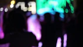 En folkmassa av folk i ett disko, ingen fokus stock video