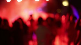 En folkmassa av folk i ett disko, ingen fokus lager videofilmer