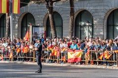 En folkmassa av folk med flaggor i spansk nationell dag ståtar Royaltyfri Fotografi