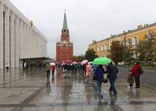 En folkmassa av folk runt om den statliga Kremlslotten Royaltyfria Foton