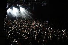 En folkmassa av huvud som tycker om musik på en nattklubbkonsertmötesplats royaltyfri bild