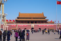 En folkmassa av kinesiska invånarebesökare och turister som står för mausoleet av Mao Zedong i den Tiananmen fyrkanten i Peking,  Royaltyfria Foton