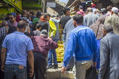 En folkmassa av muselmaner som nästan svarar appellen till bönen fördämningen royaltyfria bilder