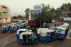 En folkmassa av rickwhaws som väntar för att tanka gas Royaltyfria Foton