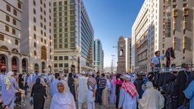 En folkmassa av vallfärdar i al-Harammoskén royaltyfri bild