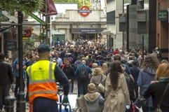 En folkmassa i tunnelbanan i London Royaltyfri Bild