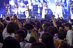 En folkmassa på konserten Fotografering för Bildbyråer