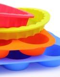 En form och en muffin för färgsilikonkaka Arkivbilder