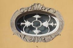 En forma de óvalo ventana vieja con Foto de archivo