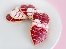 En forma de corazón, galletas del día de tarjeta del día de San Valentín en una placa Imagen de archivo