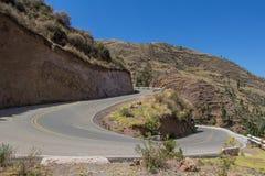 En forma de 'U' gire un camino de la montaña Foto de archivo libre de regalías
