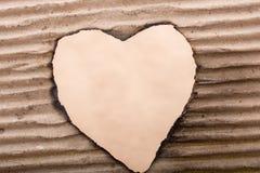 En forme de coeur brûlé hors d'un carton Photographie stock