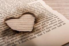 En forme de coeur brûlé hors du papier textoté Image libre de droits