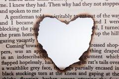 En forme de coeur brûlé hors du papier textoté Images libres de droits