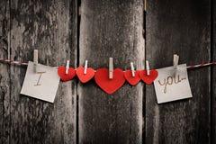 En forme de coeur de papier rouge et mots de l'amour Images stock