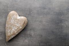 En forme de coeur en bois Cartes de voeux Valentine& x27 ; salutation de jour de s Image stock