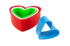 En forme de coeur en plastique coloré multi d'isolement Images libres de droits