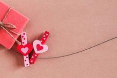En forme de coeur et boîte-cadeau sur le fil Photo libre de droits