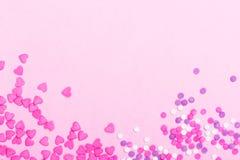 En forme de coeur rose arrose sur le fond rose de jour de valentines Photos stock